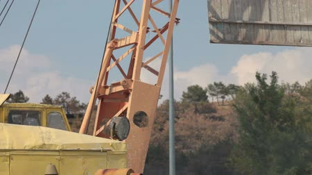 altura : Crane lifts a wooden panel at construction site Stock Footage