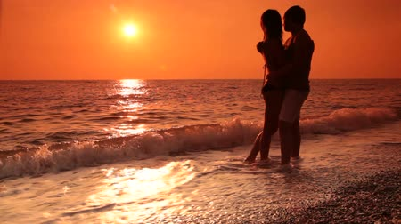 медовый месяц : Honeymoon couple on the beach at sunset Стоковые видеозаписи