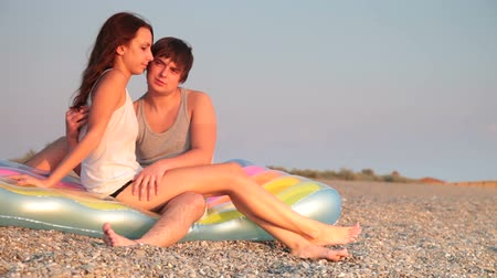 медовый месяц : Young couple on vacation at the beach