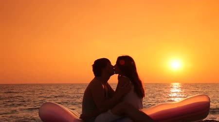 медовый месяц : A young couple on their honeymoon on the beach at sunset