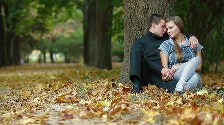 apaixonado : Young couple hugging on fallen leaves in autumn park