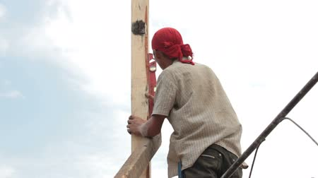 Builder worker at roofing construction works Wideo