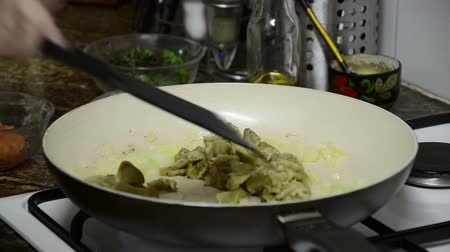 ve slupce : Housewife frying unpeeled eggplant in the pan Dostupné videozáznamy