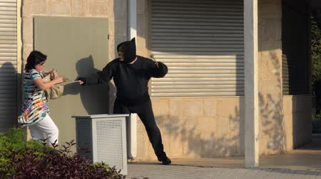 ladrão : Robber in mask attacking sole woman Vídeos