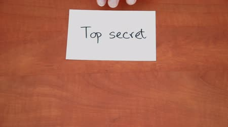 privato : Nota manoscritta con le parole Top Secret