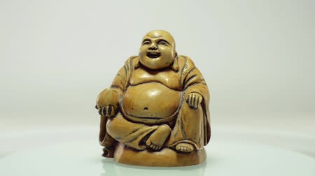 резной : Buddha sitting with coconut in right hand rotates on a plate Стоковые видеозаписи