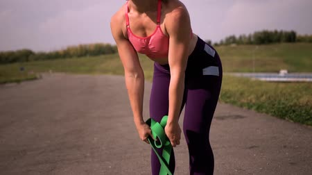 direnç : Fitness Woman Working Out with Resistance Band