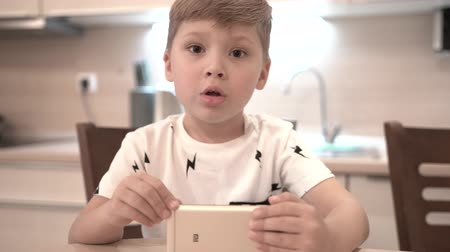 gadjet : Little Boy Singing Song Using Smartphone