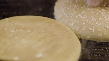 дрожжи : White Round Buns With Sesame Grilled For Hamburger