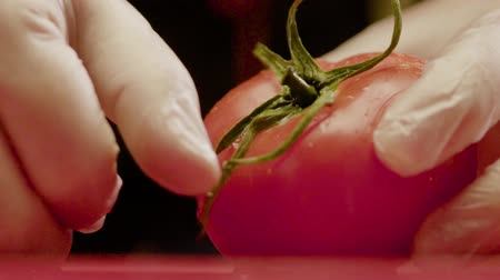 ocet : Chef In Gloves Clean The Tomato From Green Stalk
