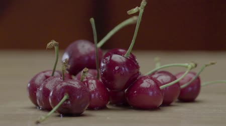 vime : Wet Juicy Cherry Berries Lying On A Wooden Table
