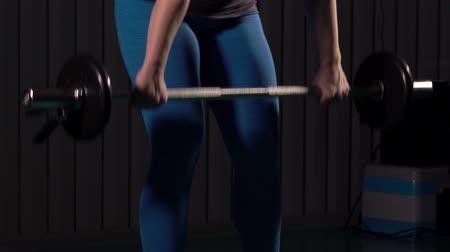 vzpírání : Young Woman Working Out in Gym With A Barbell