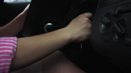 buraco de fechadura : Woman Inserts Key Into Keyhole Of The Car Vídeos