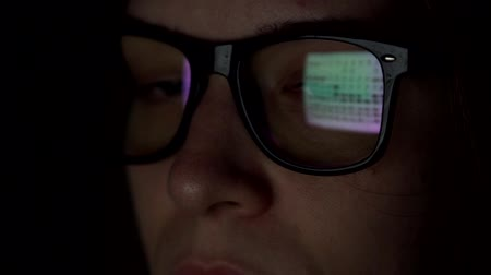 refletir : Close-up - A Womans Eye Looks Tiredly At The Internet Pages Stock Footage