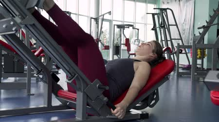vzpírání : Close-up Woman Training Legs at the Gym Dostupné videozáznamy