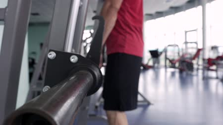 stanovena : Sporty Man Training With Barbell in the Gym. Dostupné videozáznamy