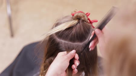 fryzjerstwo : Close up - Hands of Hair Stylist Doing Hairparting for a Woman