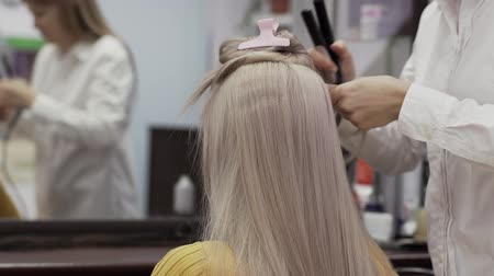 qualidade : Unidentified Woman Hairdresser In A White Shirt Makes Hairstyle To Girl