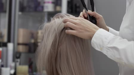 corrugated : The Hands Of A Woman Hairdresser Separate The Hair Strand Of The Client Girl Stock Footage