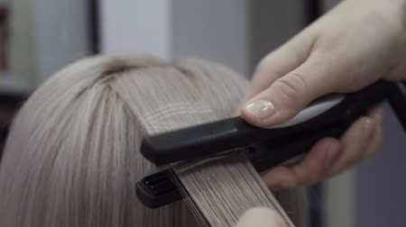 oluklu : Hairdresser Makes Patterns On Strands Of Hair Using An Ironing Stok Video