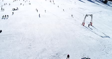escala : Vasilitsa, Greece - January 5, 2018: Aerial View of skiers at Ski Resort Vasilitsa in the mountain range of Pindos, in Greece. The ski resorts currently has 5 lifts and 16 ski trails Vídeos