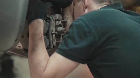 visszaad : Mechanic repairing a car