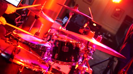 músico : the drummer plays the drum set in the club. Stock Footage