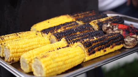 kukoricacső : Close up delicious BBQ corn on cob grilling over glowing coals.