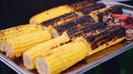 kukoricacső : Close up of appetizing grilled sweet corn on the bbq grill.