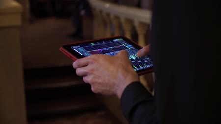 контроллер : Tablet with program, DJ adjusting music at the party