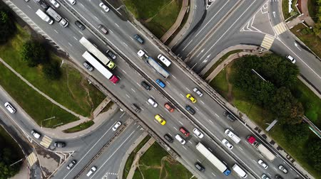 auto estrada : Top view of a city intersection with buses, cars, trucks. Traffic at daytime, roadcross in the megapolis. Spining around big intersection. Vídeos