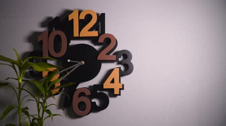 полдень : Timelapse of original wall clock with different color numbers and silver clock hands. Стоковые видеозаписи