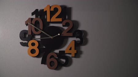 wandklok : Timelapse of original wall clock with different color numbers and silver clock hands. Stockvideo