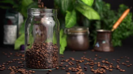 çeşnili : Slow motion Empty transparent jar filled with coffee beans and close the lid of the can