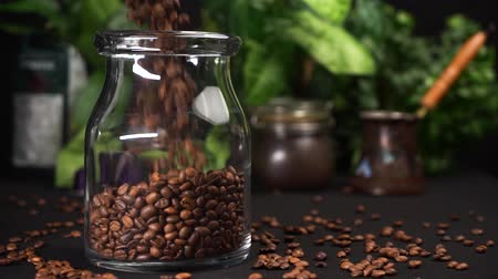 арабика : Slow motion Empty transparent jar filled with coffee. Can stay on black table. Стоковые видеозаписи