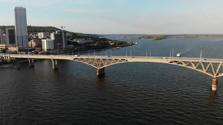 történelmi : Aerial view of a cinematic nice long bridge with cars in Saratov city Stock mozgókép