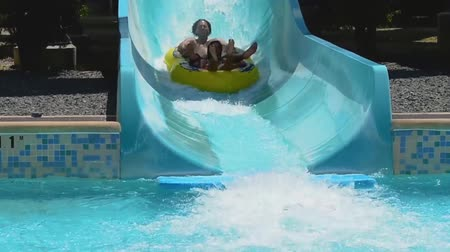 yunus : Orlando, Florida. April 21, 2019. Couple having fun in Whanau way water attraction at Aquatica. Stok Video