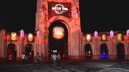oleiro : Orlando, Florida. October 31, 2018 2019. Universal Studios arch with Halloween Horror Nights 2018 sign on night background at Citywalk.