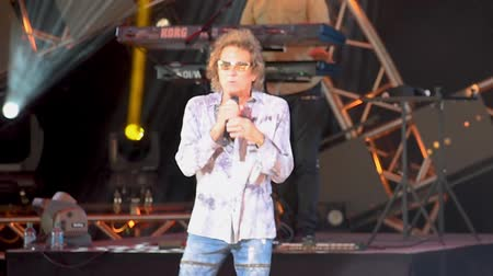 epcot : Orlando, Florida. May 17, 2019. Mickey Thomas by Starship, singing We Built This City in Epcot at Walt Disney World. Stock Footage