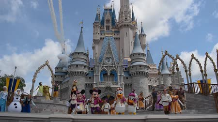 kom : Orlando, Florida. 17 mei 2019. Mickey's Royal Friendship Faire en Fireworks on Cinderella Castle in Magic Kingdom in Walt Disney World Resort. Stockvideo