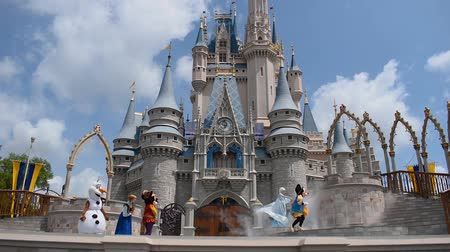 sette : Orlando, in Florida. 17 maggio 2019. Mickey's Royal Friendship Faire sul Castello di Cenerentola nel Magic Kingdom al Walt Disney World Resort (1) Filmati Stock