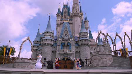 royaume magique : Orlando Floride. 17 mai 2019. Mickey's Royal Friendship Faire sur le château de Cendrillon dans Magic Kingdom à Walt Disney World Resort (4) Vidéos Libres De Droits