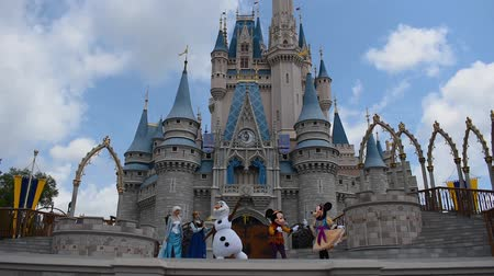curto : Orlando, Florida. May 17, 2019. Mickeys Royal Friendship Faire on Cinderella Castle in Magic Kingdom at Walt Disney World Resort (5) Stock Footage
