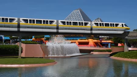 waar : Orlando, Florida. 24 mei 2019. Monorail passeert in Journey into Imagination area in Epcot in Walt Disney World Resort area, Stockvideo