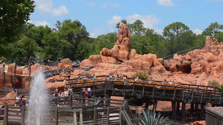 curto : Orlando, Florida. May 22, 2019. Panoramic view of Big Thunder Mountain Railroad from Steam Boat in Magic Kingdom (1)