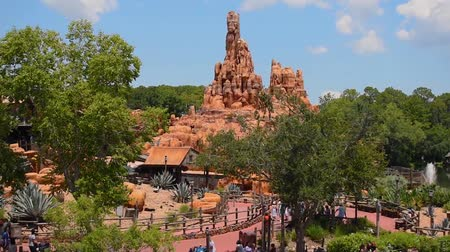 curto : Orlando, Florida. May 22, 2019. Panoramic view of Big Thunder Mountain Railroad from Steam Boat in Magic Kingdom (2)