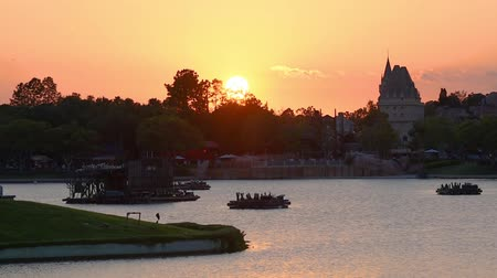приехать : Orlando, Florida. May 25, 2019. Panoramic view of Canada Pavilion on beautiful sunset background at Epcot in Walt Disney World area.