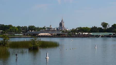 curto : Orlando, Florida. May 23, 2019. Panoramic view of Monorail, Cinderella Castle, Main Street Station, and Seven Seas Lagoon from Ferry Boat. (2) Stock Footage