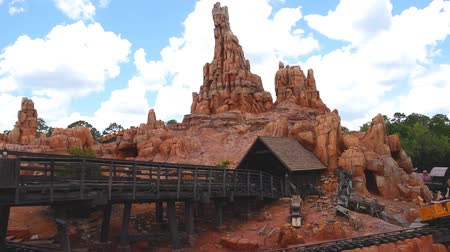 curto : Orlando, Florida. May 10, 2019. People enjoying amazing Big Thunder Mountain Railroad on cloudy sky background in Magic Kingdom at Walt Disney World (3)