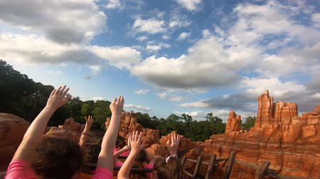 curto : Orlando, Florida. May 10, 2019. People enjoying amazing Big Thunder Mountain Railroad on cloudy sky background in Magic Kingdom at Walt Disney World (5)